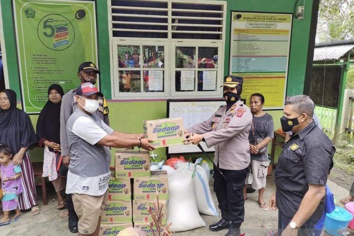 Kapolres Maluku Tengah bantu pengungsi korban gempa magnitudo 61