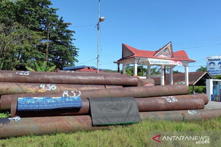 Besi yang numpuk dekat pintu masuk Pelindo Sibolga akan dilelang