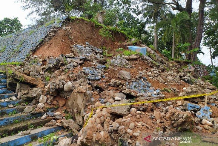 Hujan deras, pembatas area wisata Tapak Paderi longsor