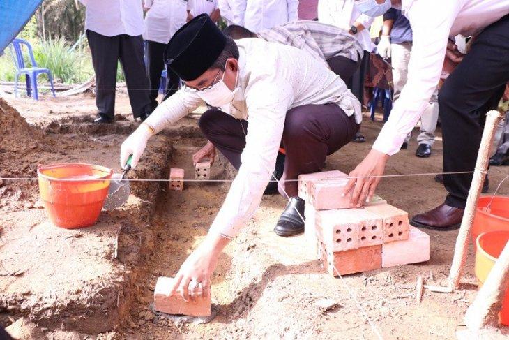 Bupati Tanjabbar meletakkan batu pertama Mesjid Al-Alief