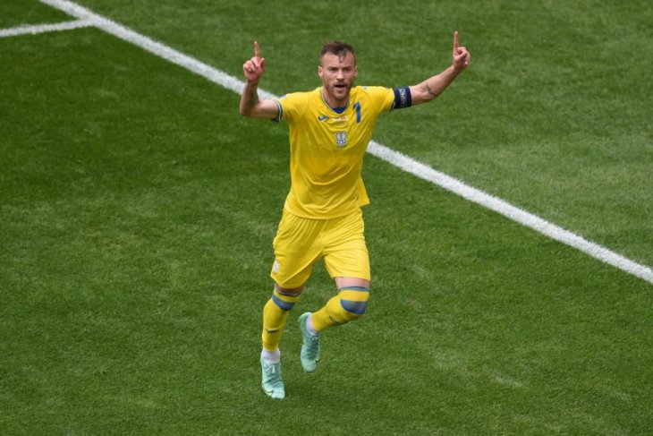 Giliran Andriy Yarmolenko pindahkan botol minuman sponsor Euro 2020