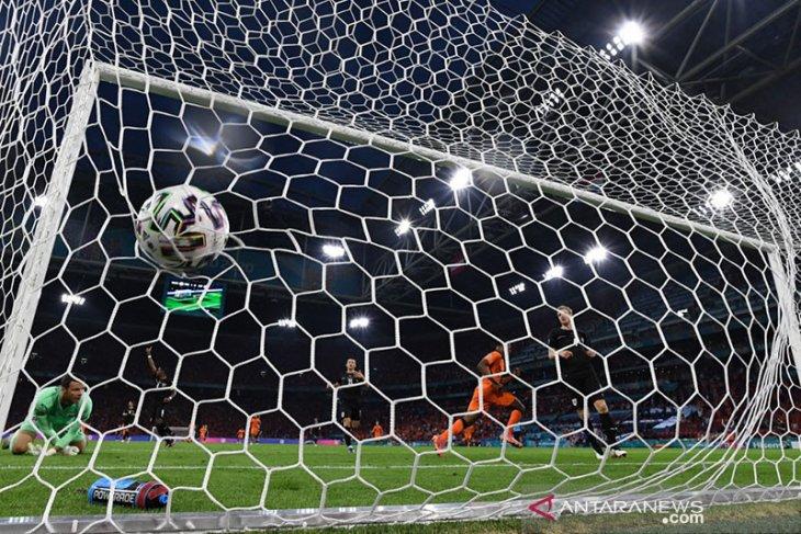 Euro 2020: Dumfries nyaman dengan posisi yang diberikan Frank de Boer