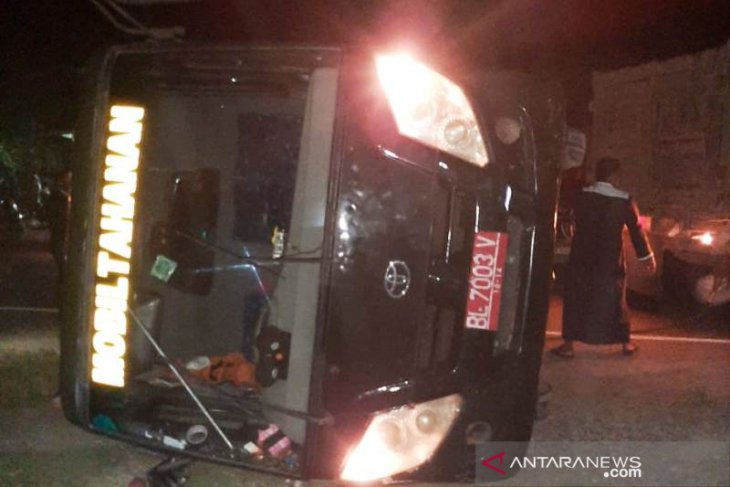 Mobil tahanan Kejari Nagan Raya terbalik di jalan raya, sopir dan jaksa terluka