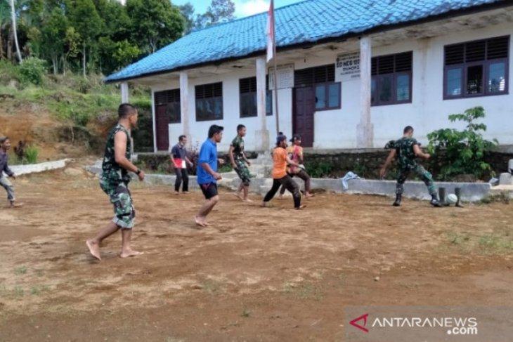 Satgas TMMD ajak warga bermain sepakbola