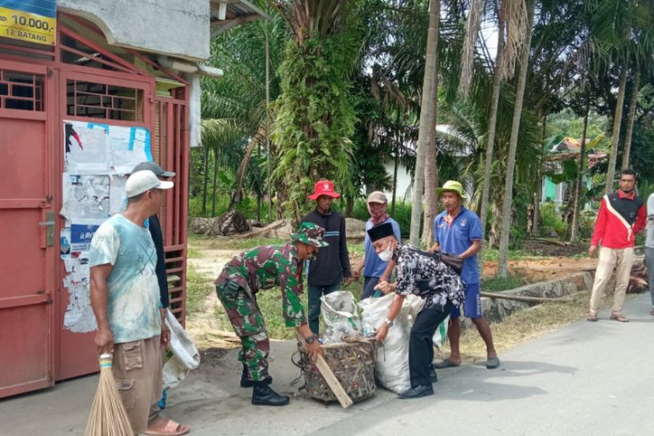 Warga Desa Pasar Rawa Gebang Langkat bersihkan desa