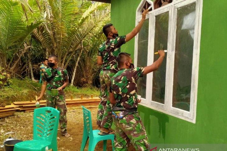 TNI bersama masyarakat gotong royong lakukan pengecatan mushola