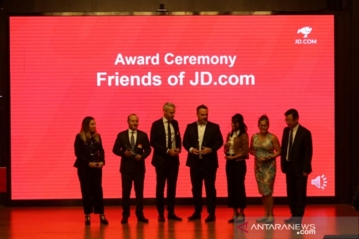 Indonesian envoy receives award from China's JD.com