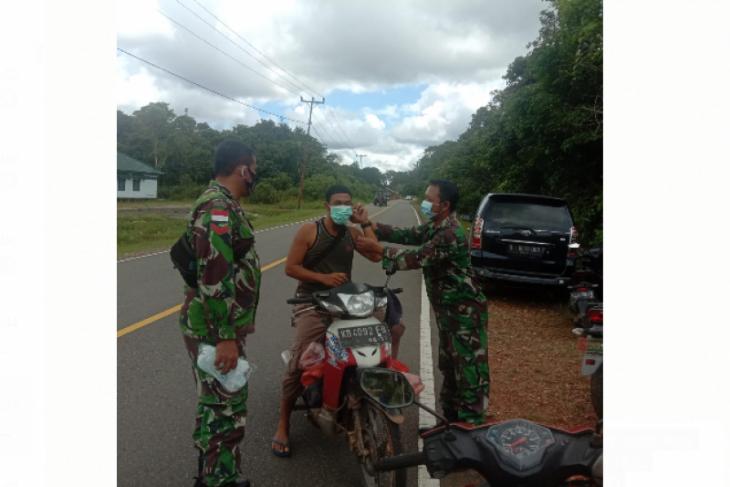 TNI sosialisasikan Prokes dan bagikan masker di Kalis Kapuas Hulu