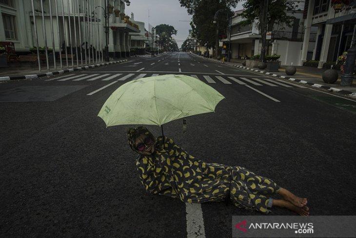 Suasana ruas jalan yang ditutup di Bandung