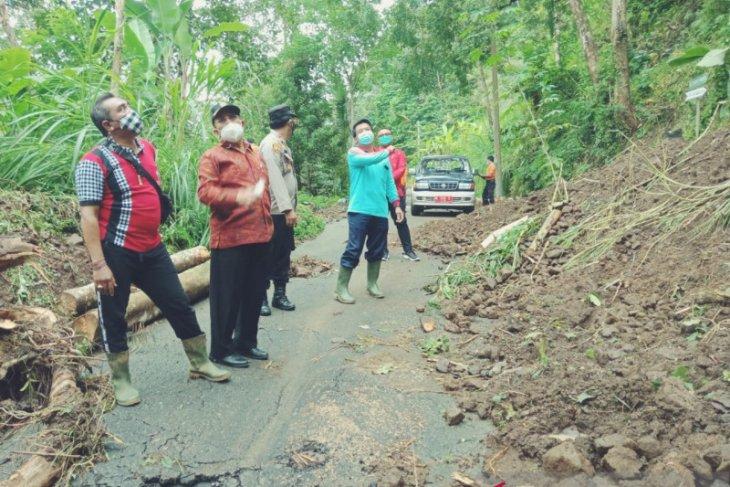 Wabup Karangasem tinjau lokasi bencana dan berikan bantuan masyarakat
