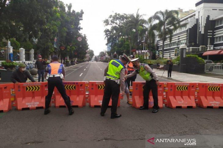 Sejumlah ruas jalan di pusat Kota Bandung mulai ditutup siang hari