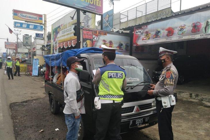 Wisatawan gunakan mobil bak terbuka diminta putar balik petugas di Sukabumi