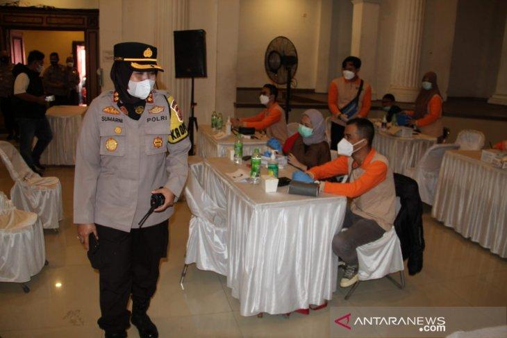 Puluhan personel Polres Sukabumi Kota amankan vaksinasi massal di Sukabumi