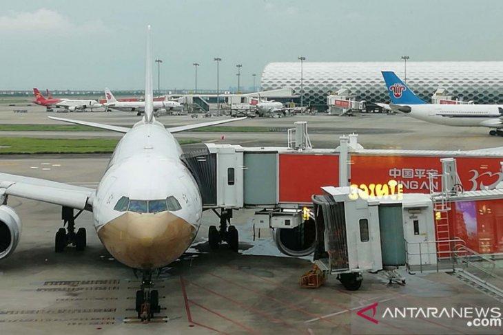 Ratusan penerbangan dibatalkan karena munculnya kasus baru COVID-19