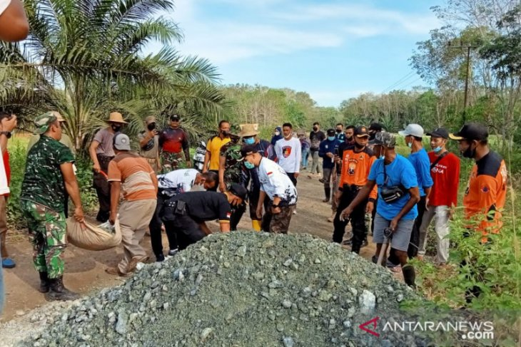 Tanah Laut Regent, Deputy Regent mingle with community to repair road
