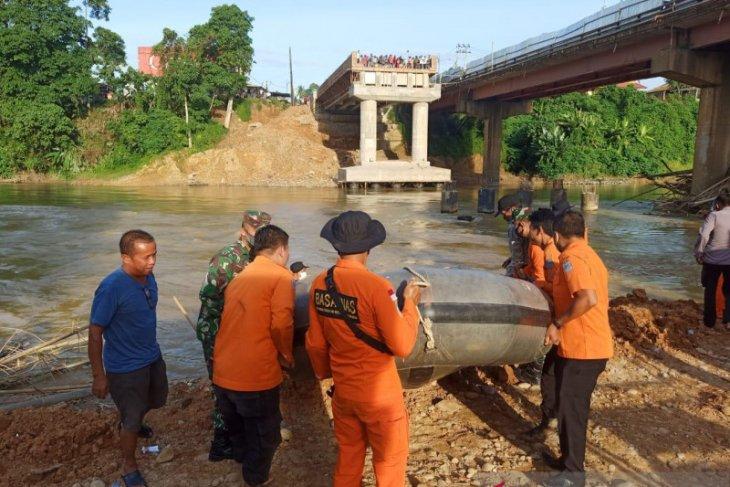 Basarnas Jambi lakukan pencarian  pekerja proyek jembatan yang terserat arus sungai