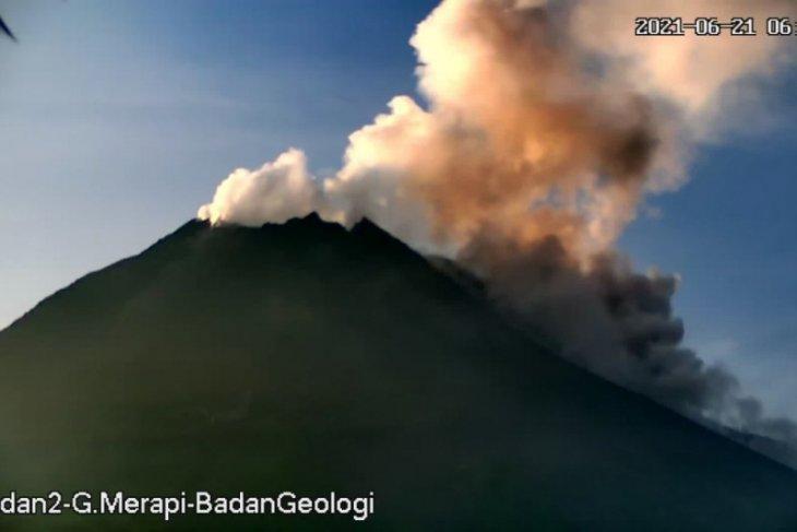 Gunung Merapi luncurkan awan panas guguran 1,5 km ke barat daya