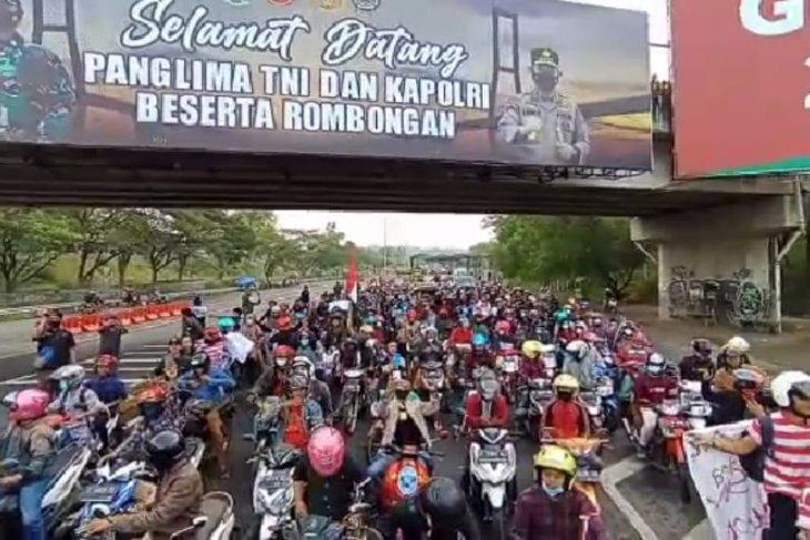Warga demo tolak penyekatan Jembatan Suramadu  ke Balai Kota Surabaya