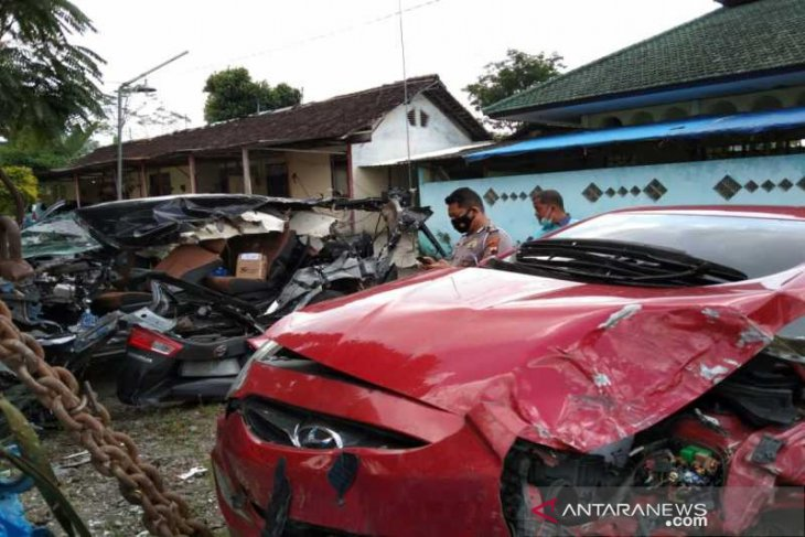 Dua orang meninggal akibat kecelakaan lalu lintas  melibatkan 4 kendaraan di tol