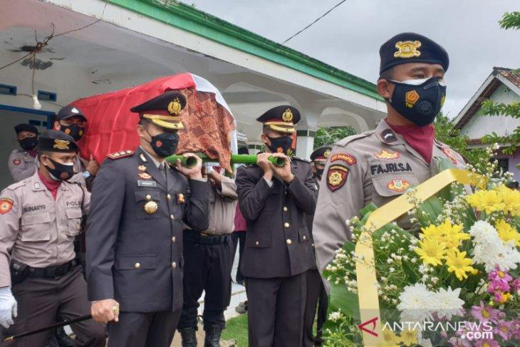 Kapolres Pandeglang, pimpin upacara pemakaman anggotanya