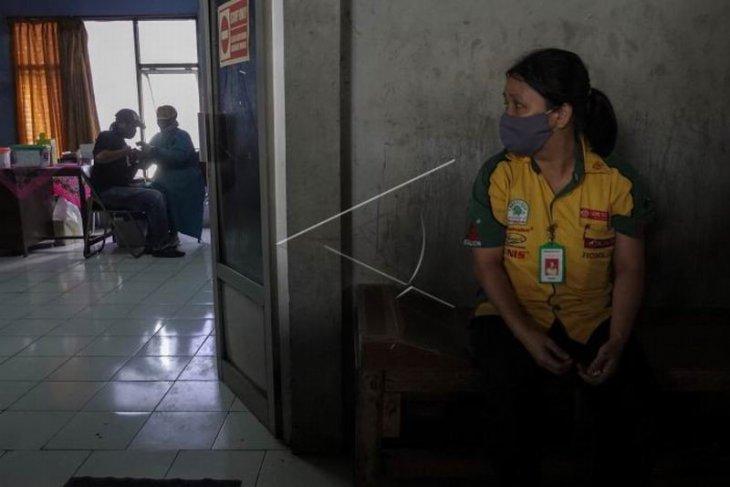 Vaksinasi COVID-19 pedagang Pasar Wage Purwokerto