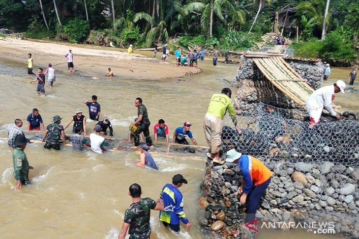 Jembatan darurat penghubung Desa Waki - Batu Tunggal kembali dibangun