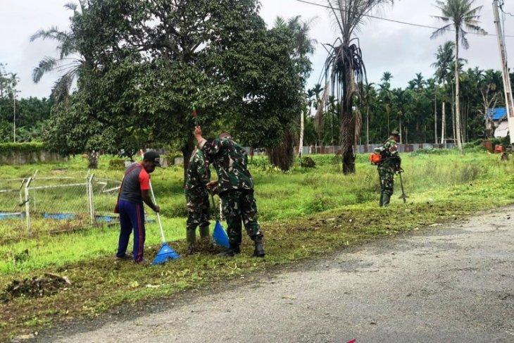 Satgas TNI ajak warga bersihkan lingkungan jalan di perbatasan