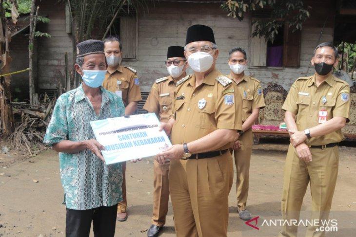 Bupati HSS serahkan bantuan untuk korban kebakaran di Gumbil