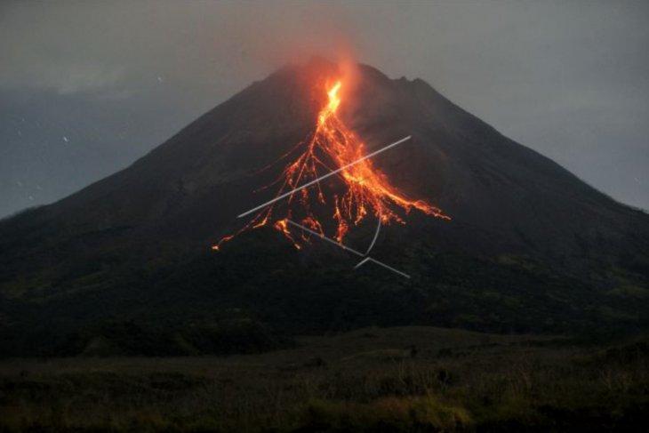 Gunung Merapi meluncurkan guguran lava pijar  sejauh 1,5 km