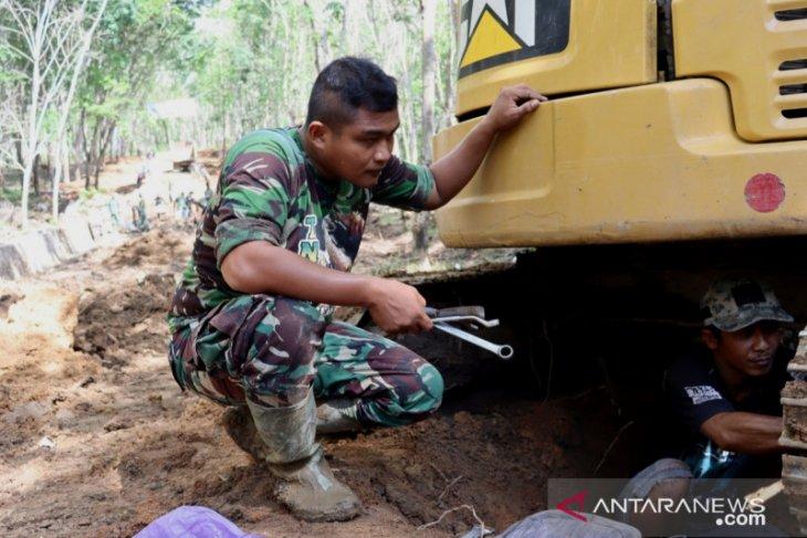 Rakyat bantu TNI perbaiki excavator rusak di lokasi TMMD ke-111 di Tapin