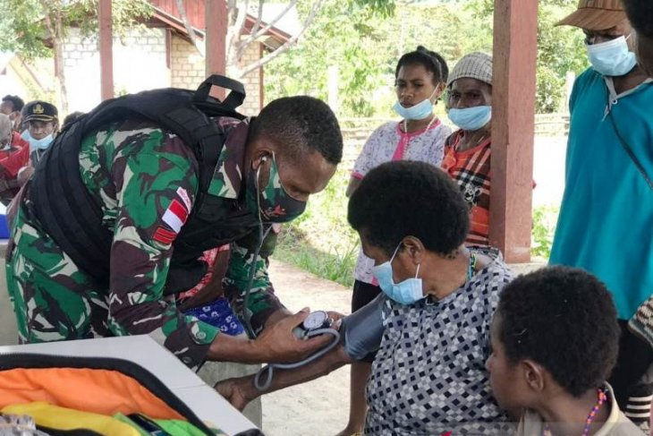 Indonesian military offers free medical services near PNG border