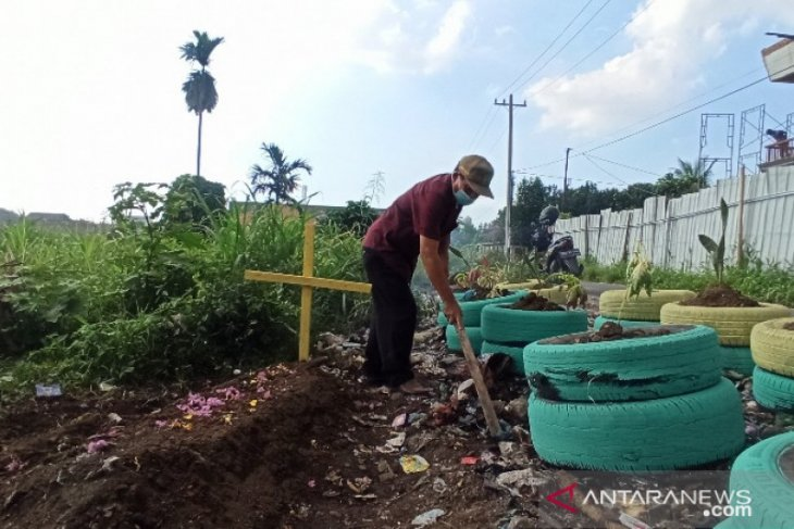 Petugas buat kuburan palsu cegah warga buang sampah sembarangan