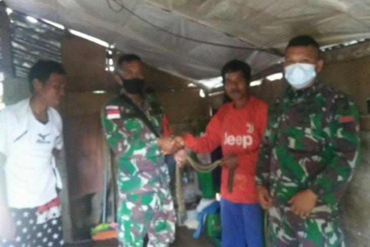 Warga Jangkang serahkan ratusan butir amunisi aktif kepada Satgas Pamtas