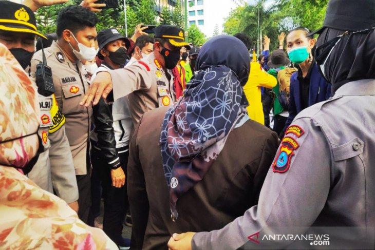 Tiga polisi terluka dan satu dilarikan ke rumah sakit saat amankan demo mahasiswa