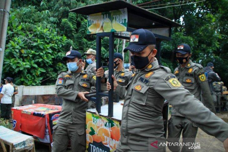 Tim gabungan Satpol PP Kota dan Kabupaten Bogor tertibkan 153 lapak PKL