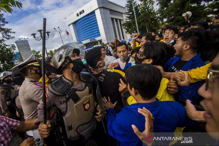 Ricuh Aksi Tolak Pelemahan KPK Di Banjarmasin