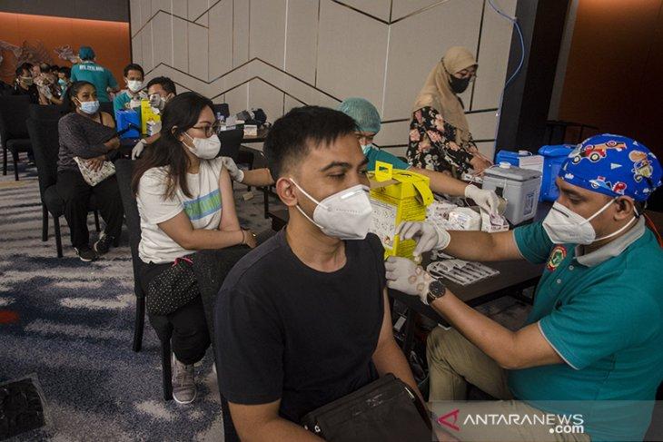Vaksinasi massal bagi pekerja pusat perbelanjaan di Bandung