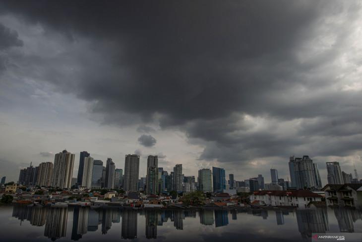 Waspada potensi hujan lebat disertai petir dan angin kencang di sejumlah provinsi