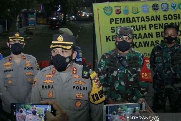 Cegah kerumunan, Polres Karawang lakukan penyekatan di sejumlah titik perkotaan