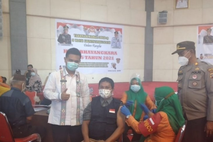 Sambut HUT Bhayangkara ke 75, ribuan lansia ikut vaksinasi massal