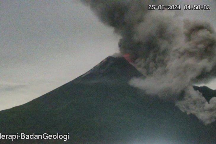 Tiga guguran awan panas Merapi meluncur ke tenggara sejauh 3 km