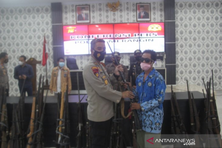 Polisi Merangin terima penyerahan 107 senjata