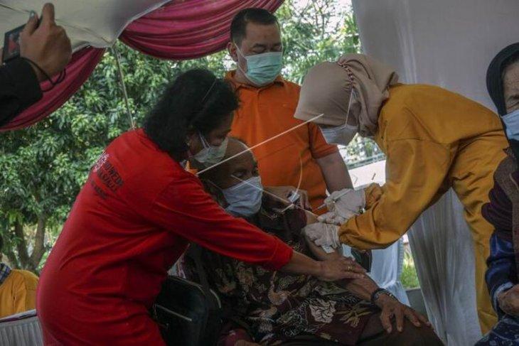 Vaksinasi COVID-19 warga lanjut usia