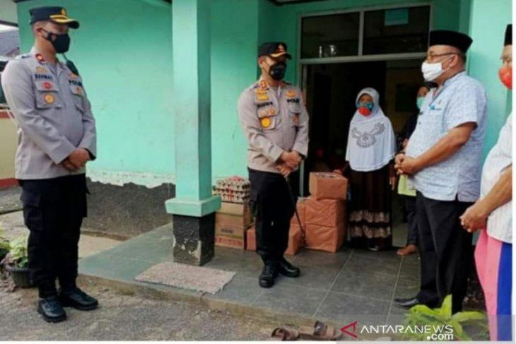 Kapolres Pandeglang serahkan bantuan bagi lansia di Wisam Berkah Lansia Nini Aki