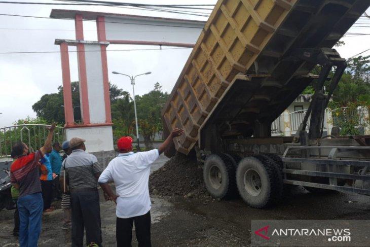 Mantan anggota DPRD Mimika blokade kantor tuntut diaktifkan kembali