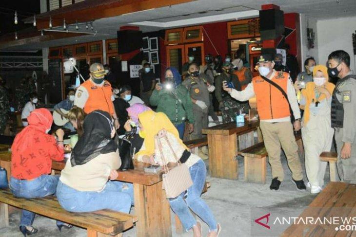 Cafe  didenda Rp2 juta karena buka di atas pukul 21.00