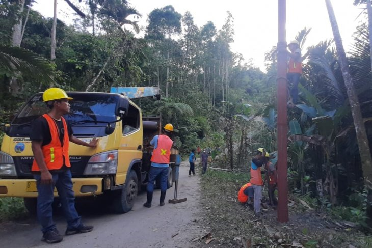 PLN aliri  listrik 10 desa terpencil di Kepulauan Nias