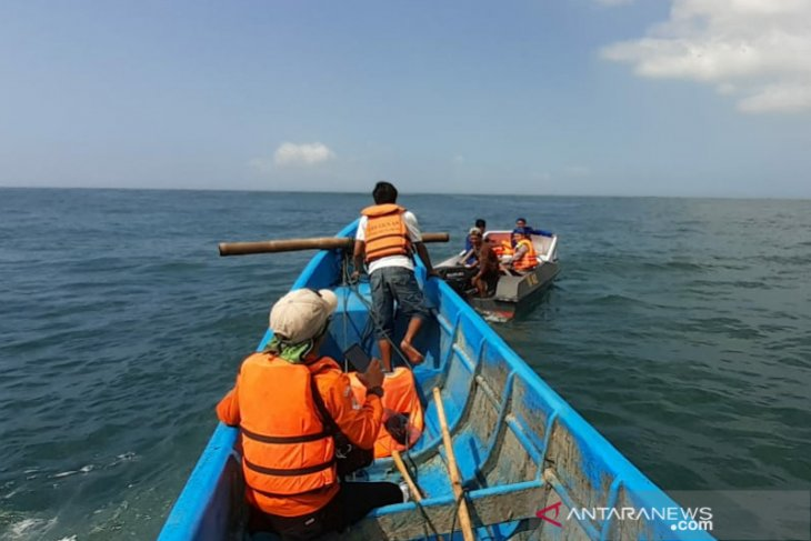Tiga nelayan hilang akibat kapal mereka tumpangi terbalik, tim SAR lakukan pencarian