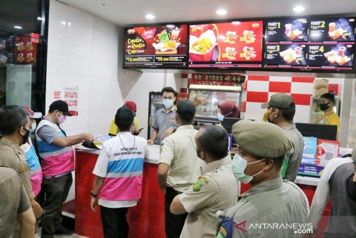 Satpol PP Kota Medan bubarkan pengunjung restoran di Medan Timur