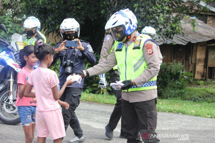 Wakapolda Maluku patroli kamtibmas bagikan masker gratis